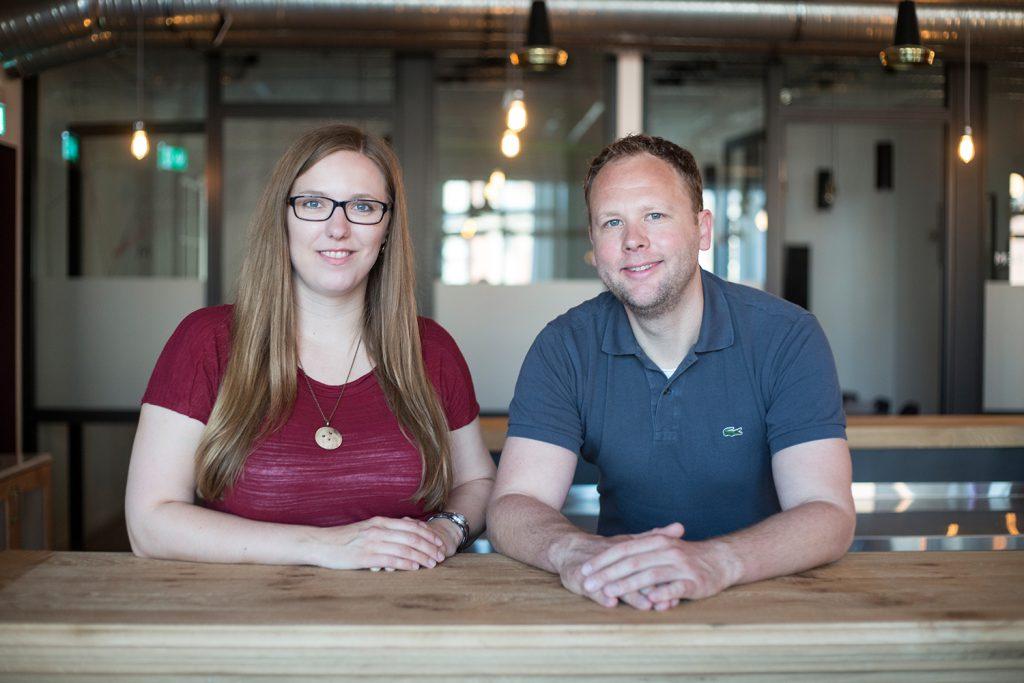 Carolin Neumann und Clas Beese, Gründer von finletter. (Credit: Katrin Bpunkt)